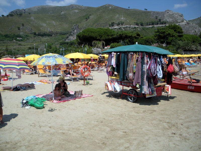Venditore ambulante derubato e malmenato in spiaggia, i bagnanti stanno a guardare