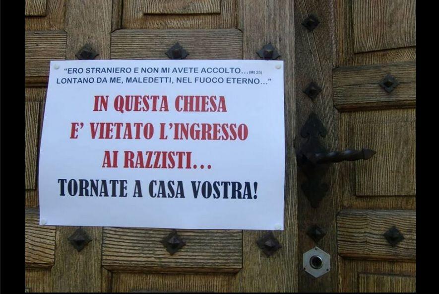 Cartello fuori dalla chiesa: 'Vietato l'ingresso ai razzisti, tornate a casa vostra'