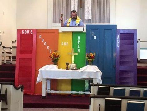 """""""Le porte del Signore sono aperte a tutti"""", e la chiesa diventa gay-friendly"""