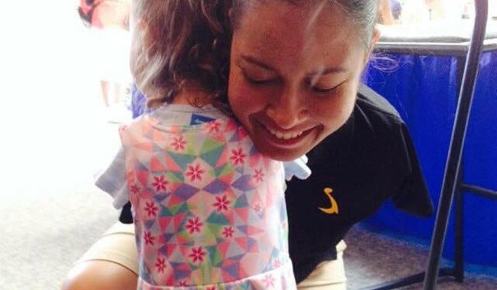 Jessica Cox, prima pilota senza braccia, incontra una fan con la sua stessa disabilità