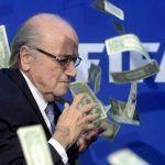 Calcio: Joseph Blatter contestato a Zurigo, gli lanciano banconote false in faccia