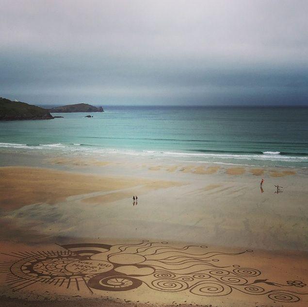 Proposta di matrimonio con opera d'arte sulla sabbia