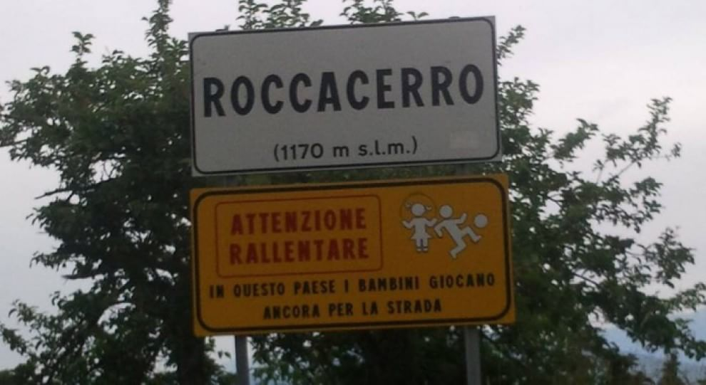 """Il cartello stradale a favore dei bambini: """"Rallentate, qui si gioca all'aria aperta"""""""