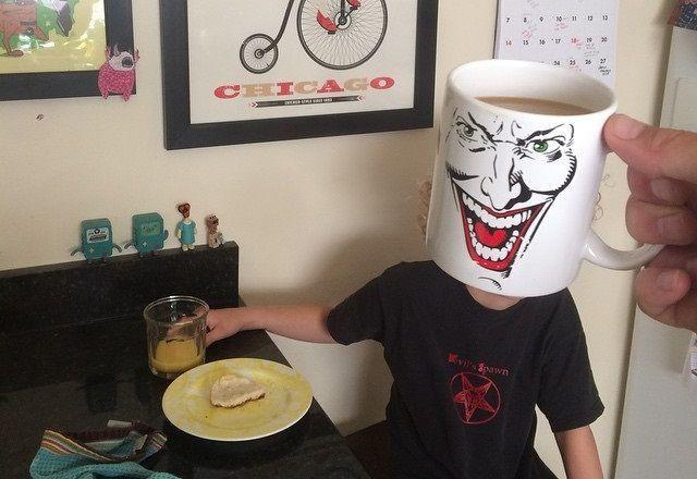 Papà trasforma figli in supereroi e cartoni animati (con una tazza)