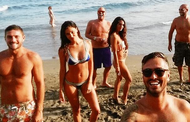 Belén Rodriguez al mare con gli amici e Piergiorgio Borriello