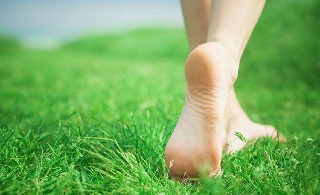 Camminare scalzi fa bene: migliora anche la qualità del sonno