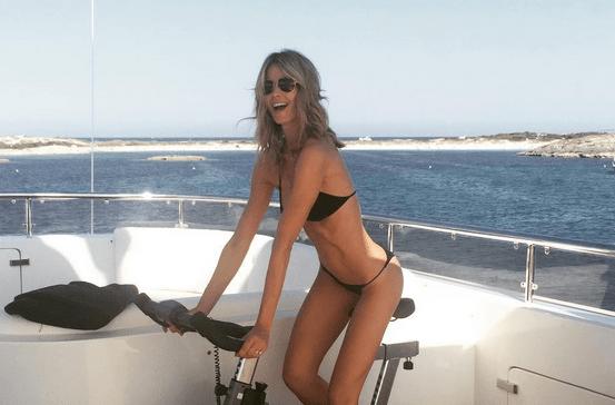 Elena Santarelli e il marito Bernardo Corradi in vacanza a Formentera: lei si diverte sulla cyclette
