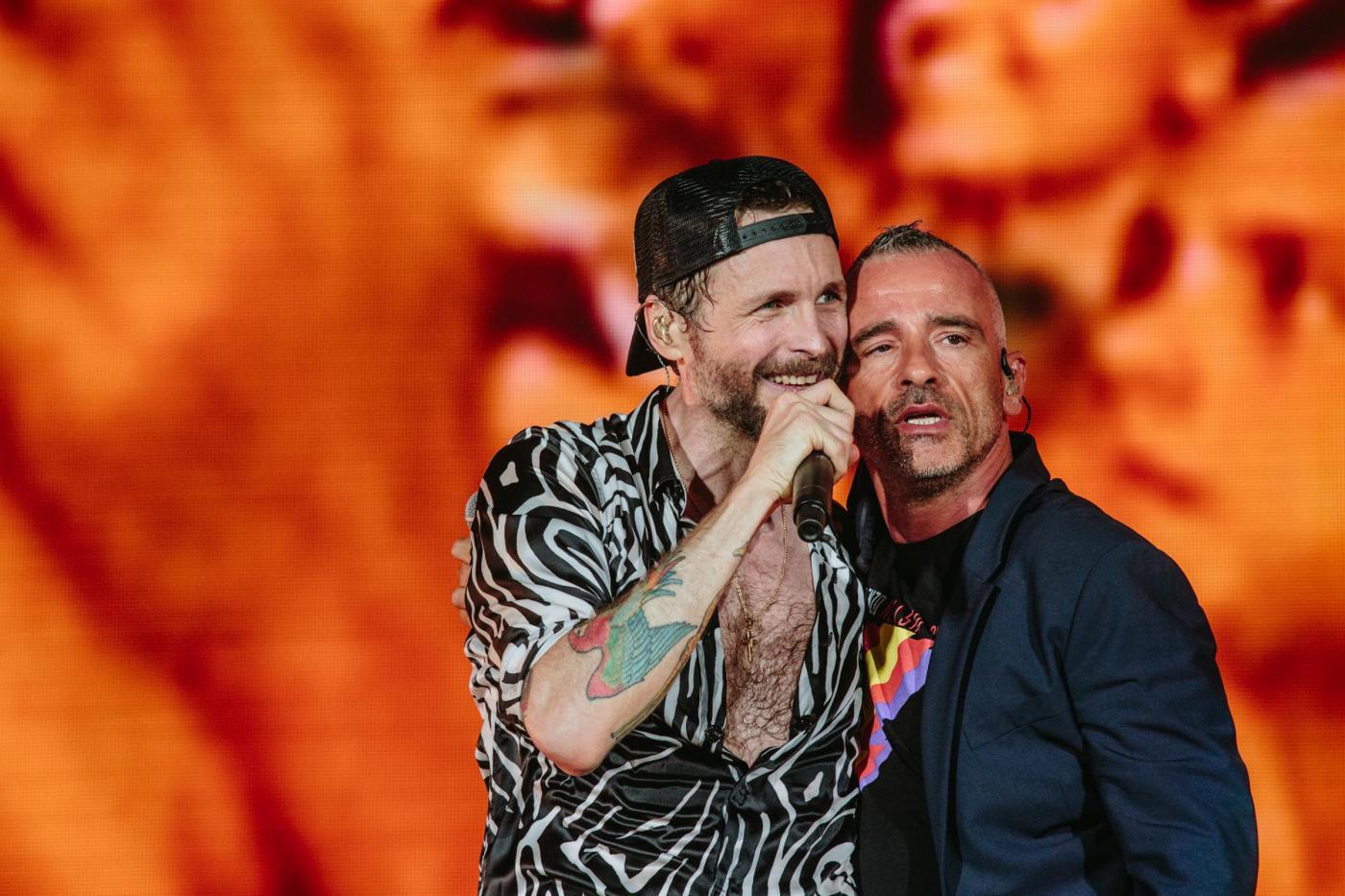 Jovanotti: omaggio a Pino Daniele con Eros Ramazzotti durante il concerto di Napoli