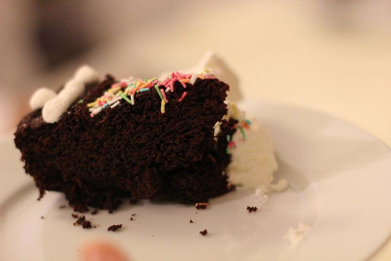 Mangia una fetta di torta e il patrigno lo ammazza di botte