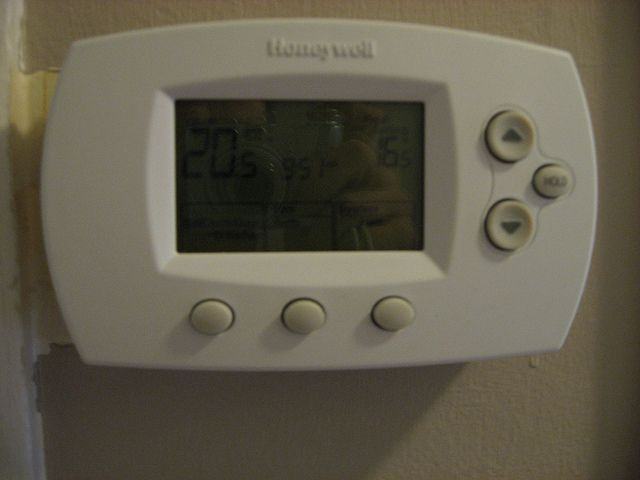 Aria condizionata in ufficio: ecco perché le donne hanno freddo