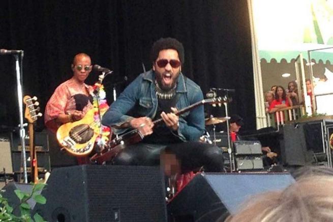 Lenny Kravitz, incidente sul palco: i pantaloni si strappano e parte l'hashtag #penisgate