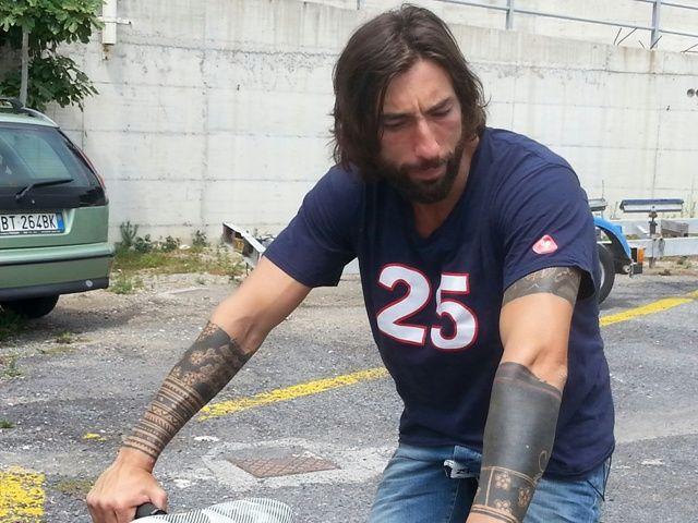 Vittorio Brumotti aggredito: l'inviato di Striscia la notizia preso a pugni insieme al padre