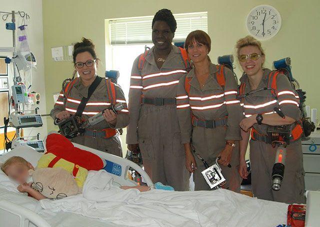 Ghostbusters: le protagoniste del reboot visitano in costume un ospedale pediatrico