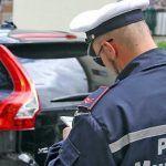Multa per sosta con motore acceso: quando le leggi sono nemiche della gente