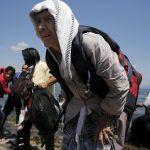 In fuga dalla guerra: giovane spinge la nonna in carrozzina dall'Afghanistan