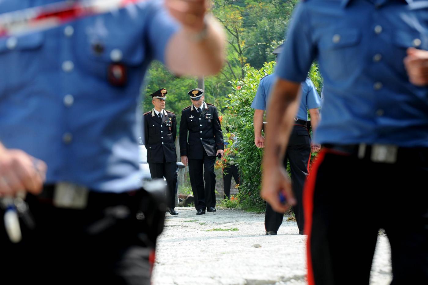 Carabinieri ubriachi in cerca di scambisti minacciano un tassista