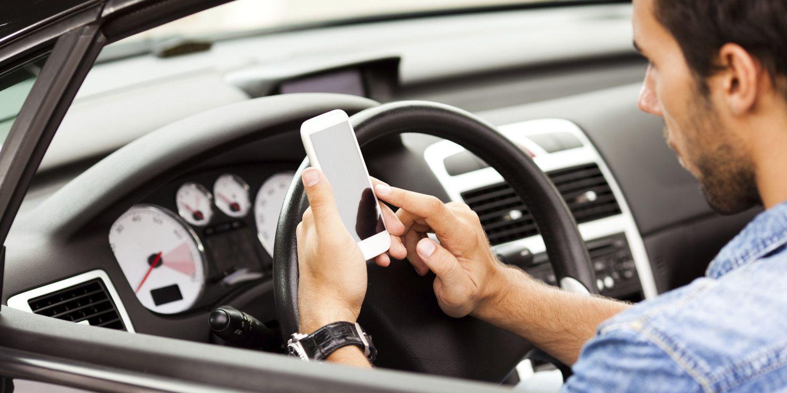 Guida con cellulare: sequestro smartphone e ritiro patente