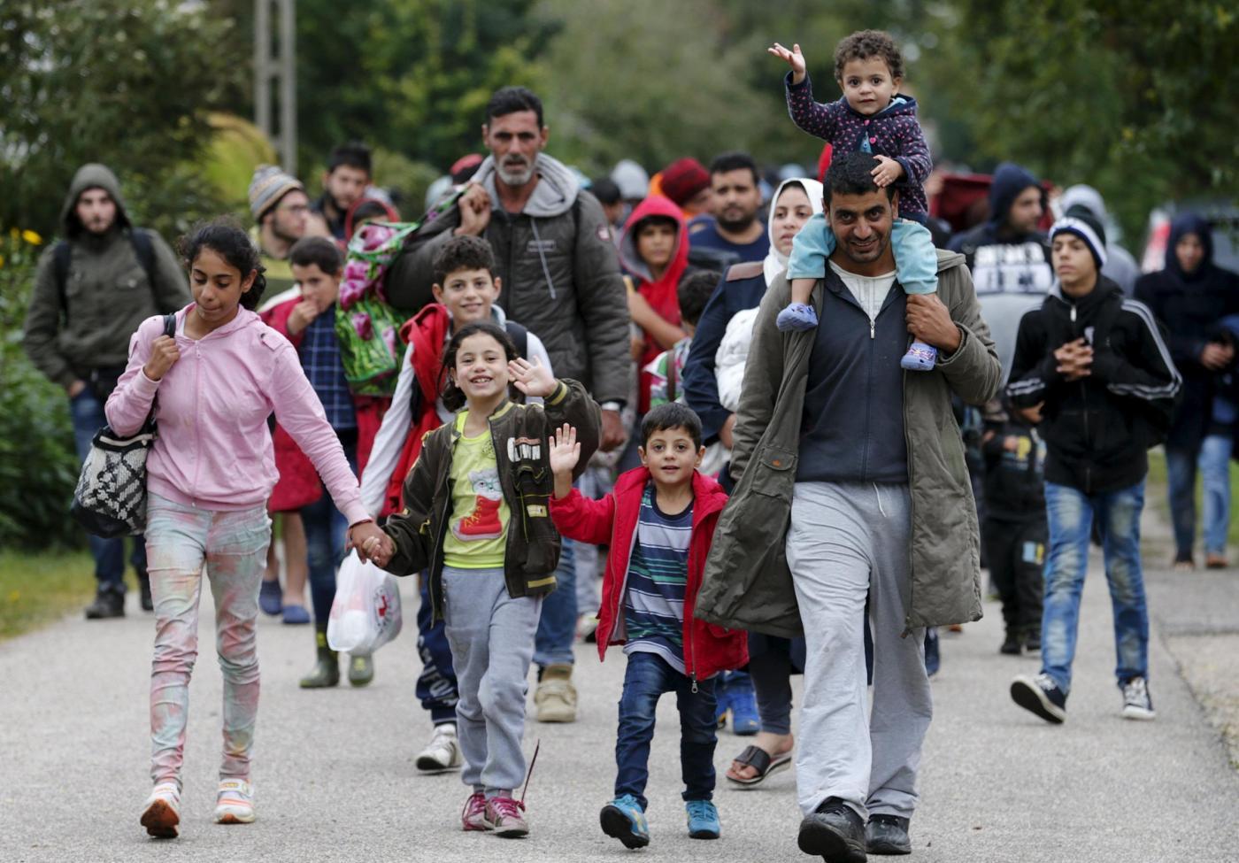 Demografia Italia, italiani in via d'estinzione: ci salveranno gli immigrati?