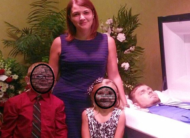 Posta una foto con i suoi bimbi vicino alla bara del marito morto: ecco perché