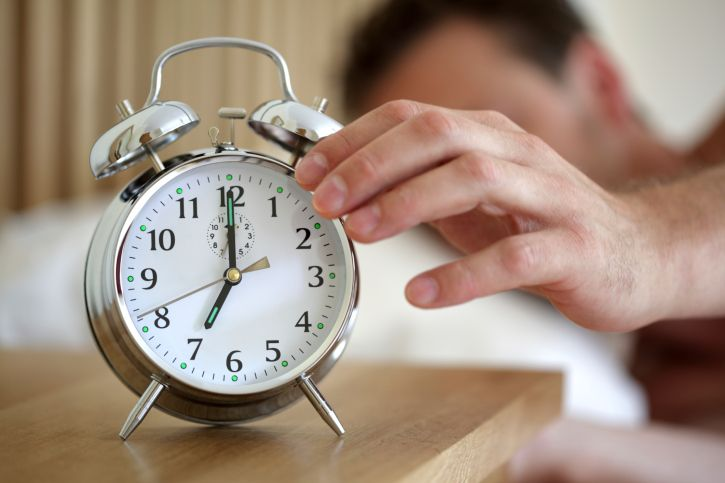La scienza conferma: svegliarsi presto la mattina non aiuta a lavorare e studiare
