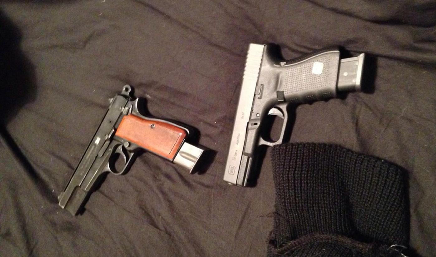 Bimbo di 2 anni trova la pistola del padre, si spara e muore: le armi sono sempre pericolose