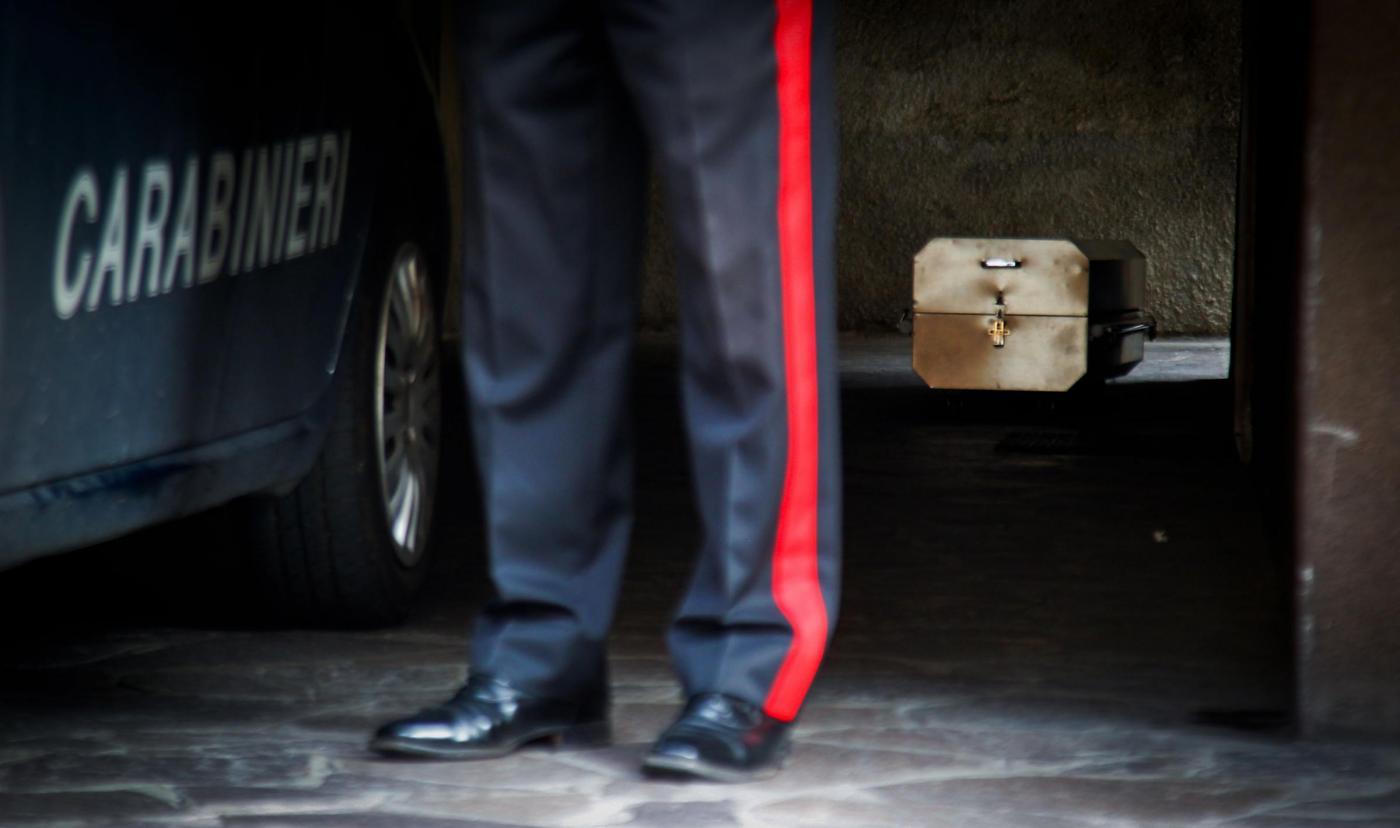 Carabiniere uccide la moglie davanti all'asilo e poi si suicida: non voleva la separazione