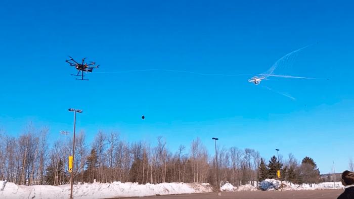 Drone poliziotto che acchiappa altri droni al volo