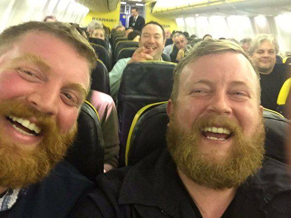 Due sosia sconosciuti si incontrano a bordo di un aereo