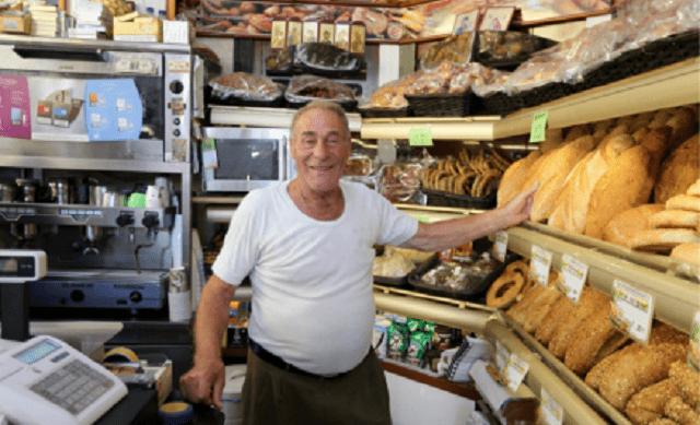 Dyonisis Arvanitakis è il panettiere-eroe che dona ai migranti 100 kg di pane al giorno