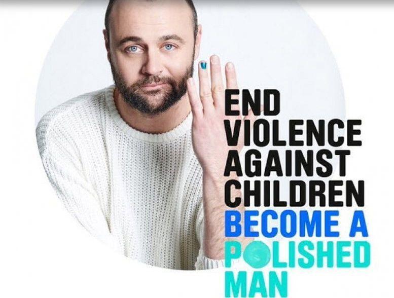 Campagna social contro la violenza sui bambini: smalto blu sulle unghie degli uomini