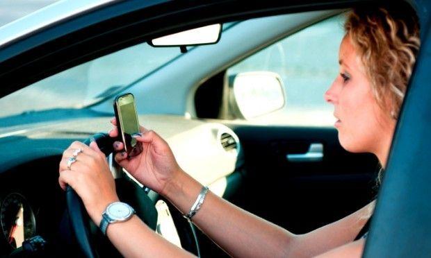 Multa per guida con cellulare: annullata se c'è pericolo imminente