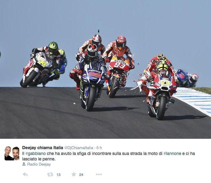 """Andrea Iannone insultato sui social per aver """"rubato"""" punti a Rossi"""