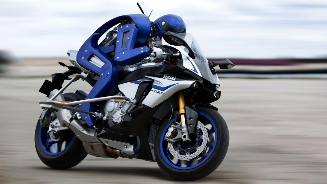Il robot motociclista che pilota moto di grossa cilindrata