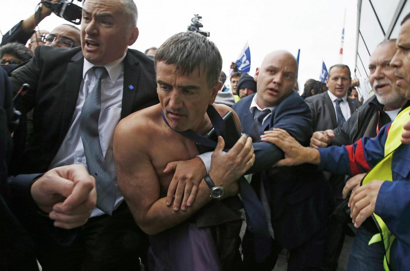 Dipendenti Air France in rivolta: dirigenti costretti a scappare in mutande