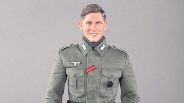 Bastian Schweinsteiger ispira un bambolotto nazista