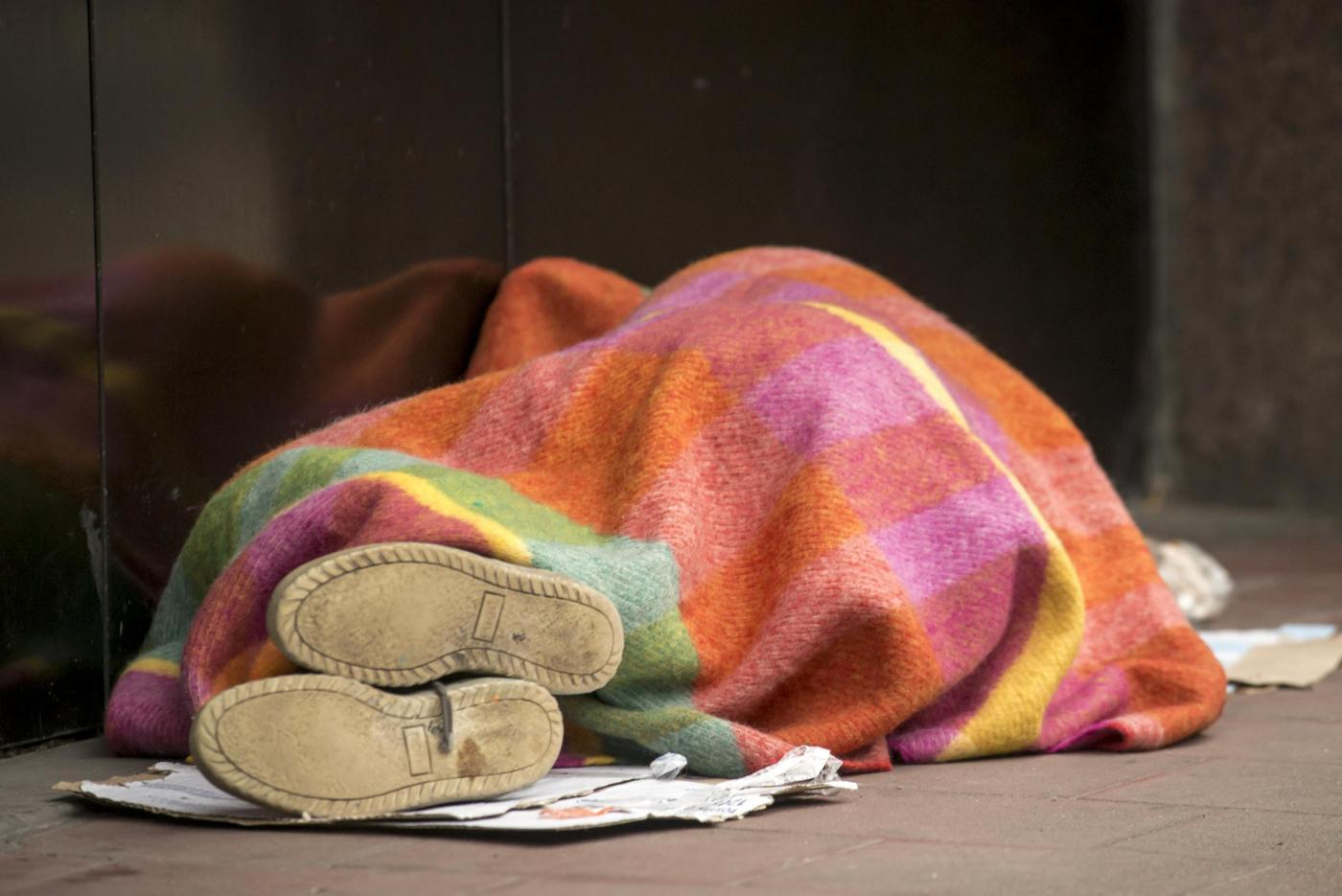 Vive come un senzatetto ma ha un patrimonio milionario