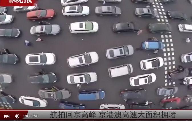 Quando vanno in vacanza 750 milioni di cinesi, gli ingorghi stradali diventano epici