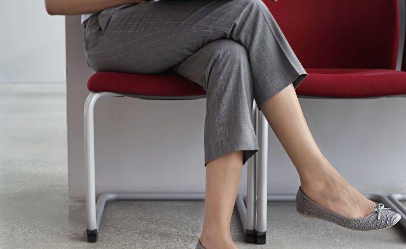 Accavallare le gambe fa male alla schiena e alle ginocchia?