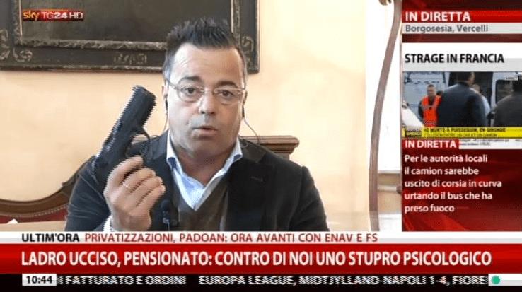 Gianluca Buonanno della Lega mostra la pistola in diretta tv su Sky Tg24