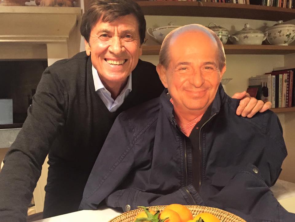 Gianni Morandi e Giancarlo Magalli: selfie con il cartonato del conduttore