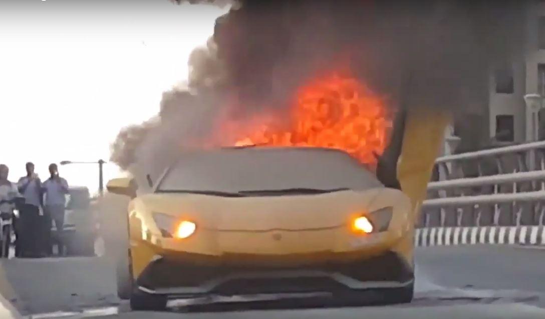 Lamborghini prende fuoco: in fiamme sulle strade di Dubai