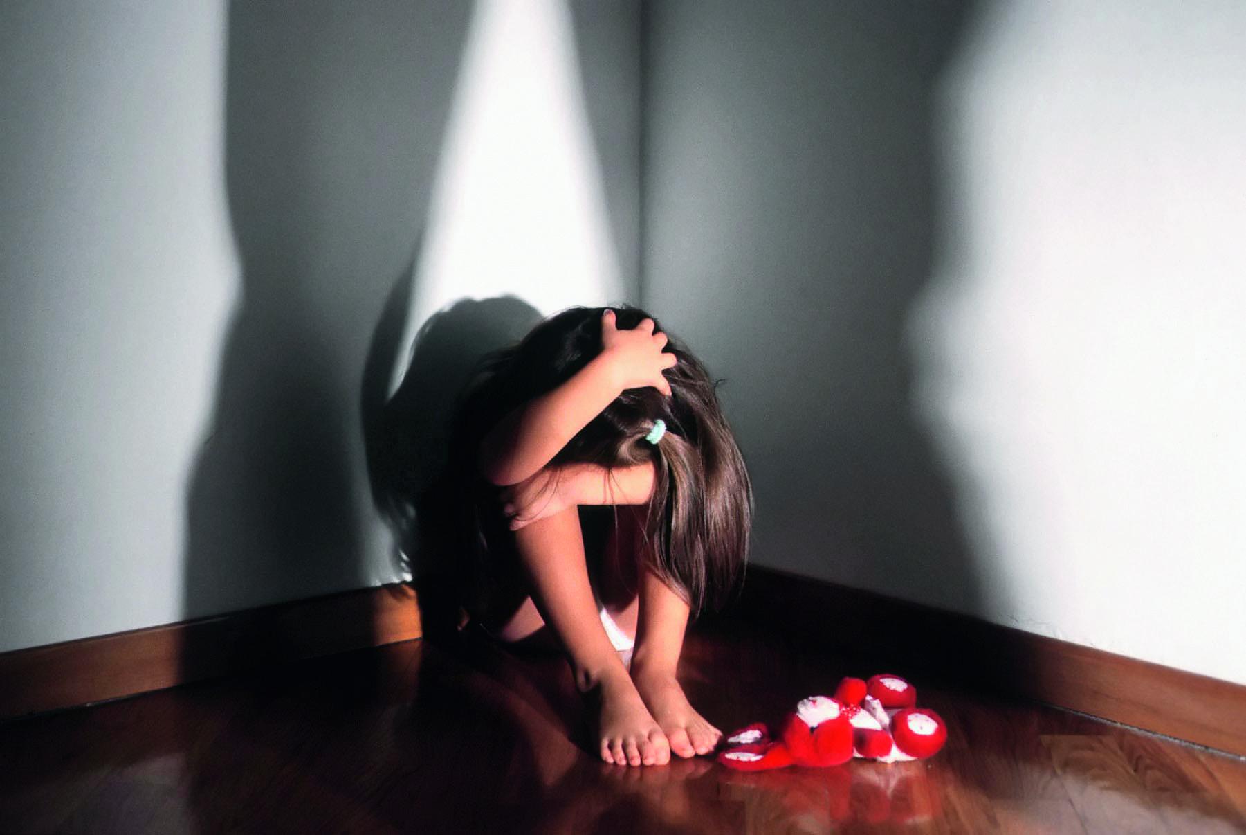 Mamma violenta il figlio di cinque anni e pubblica video in rete