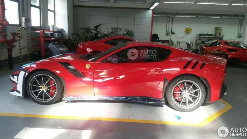 Ferrari F12tdf: il primo esemplare in una concessionaria