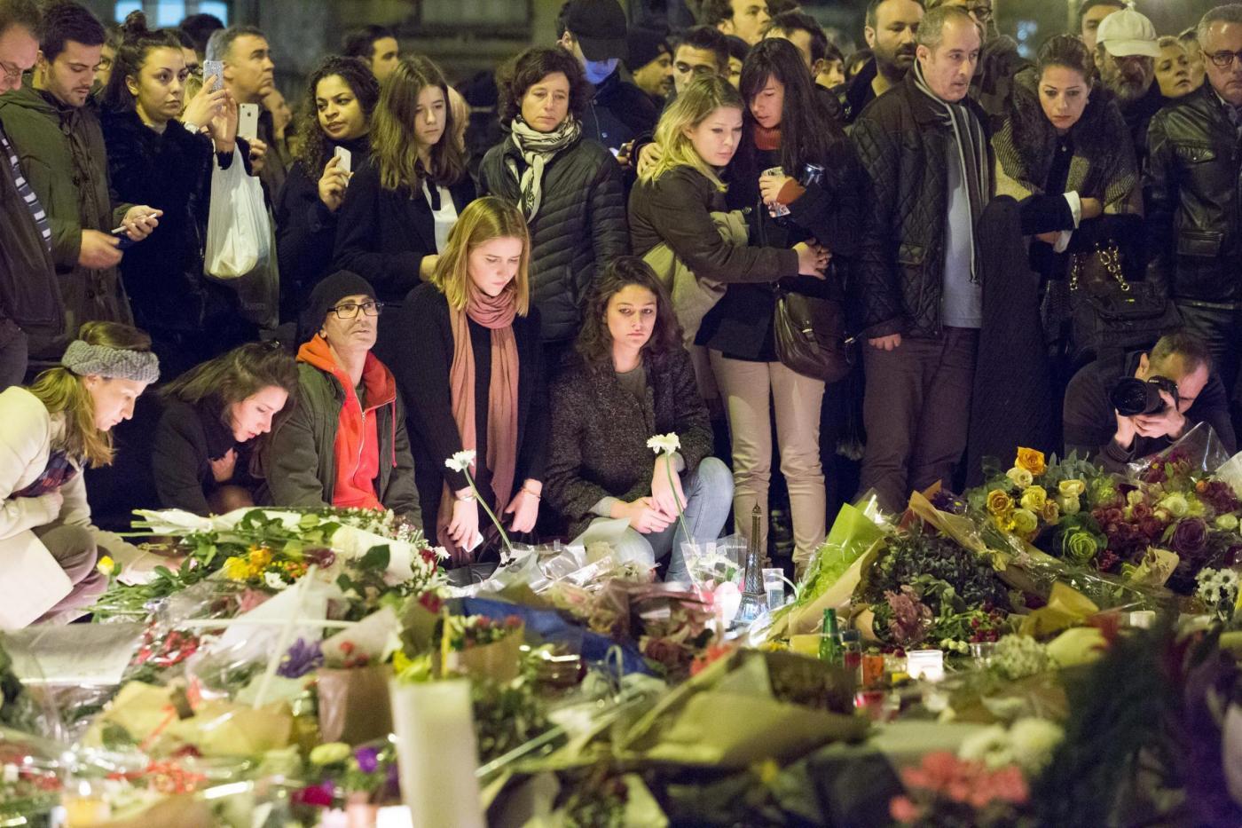 Omaggi alle vittime degli attentati islamici a Parigi