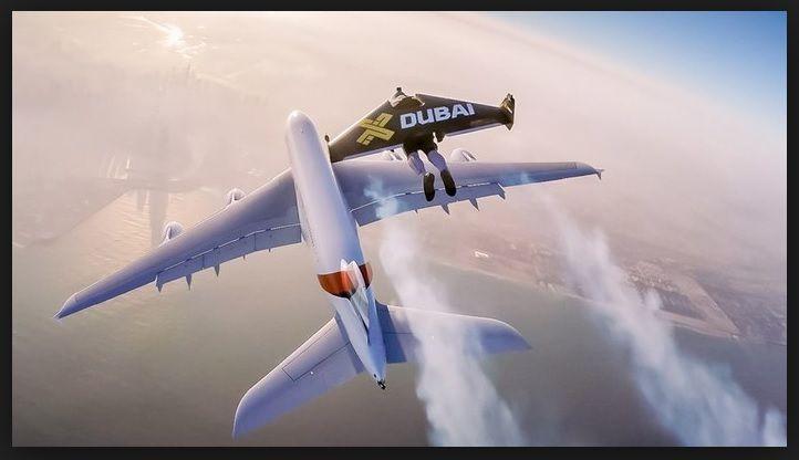 In volo coi jetpack vicino al Jumbo A380 Emirates nel cielo di Dubai
