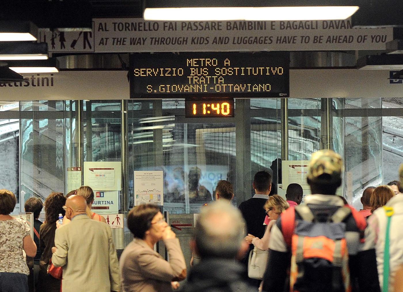 Roma, chiusura Linea A Metro: cade controsoffitto a fermata piazza di Spagna