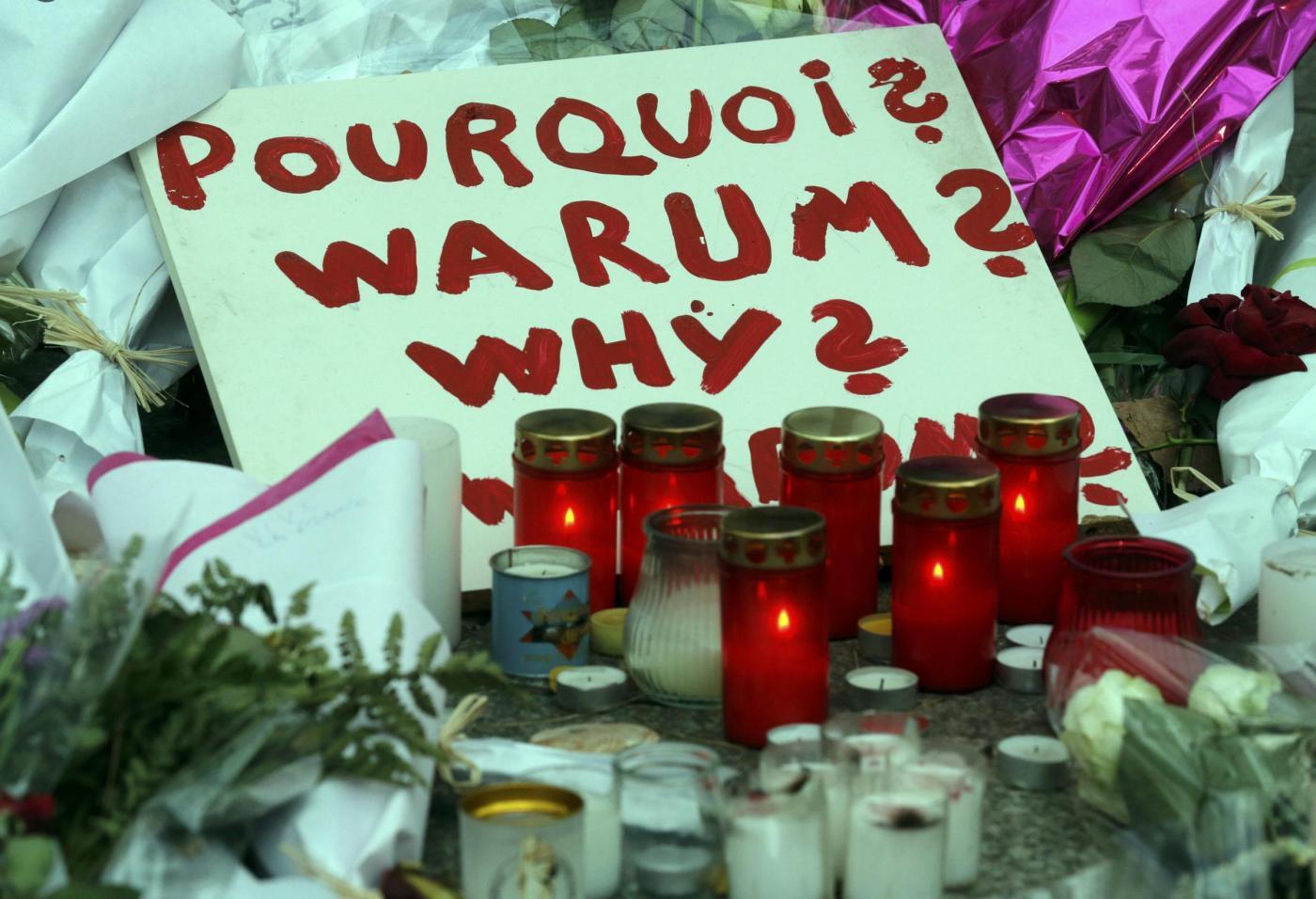 Parigi, omaggi alle vittime nei luoghi degli attacchi