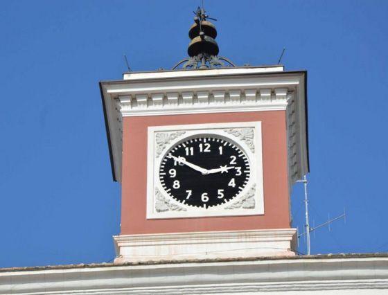 Orologio fermo per la burocrazia Bari