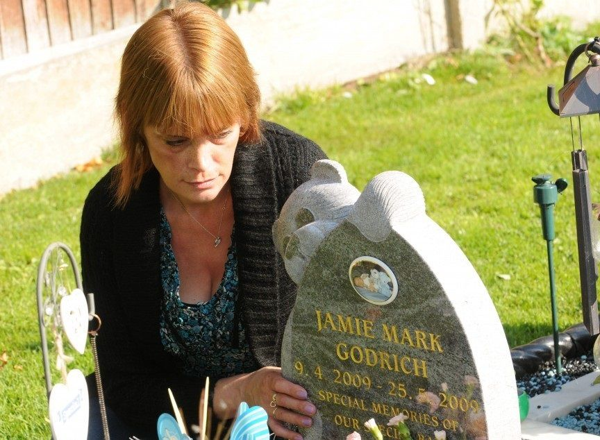 Rubano i giocattoli dalla tomba della figlia, madre costretta a cambiare cimitero