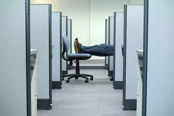 Uomo che vive in ufficio